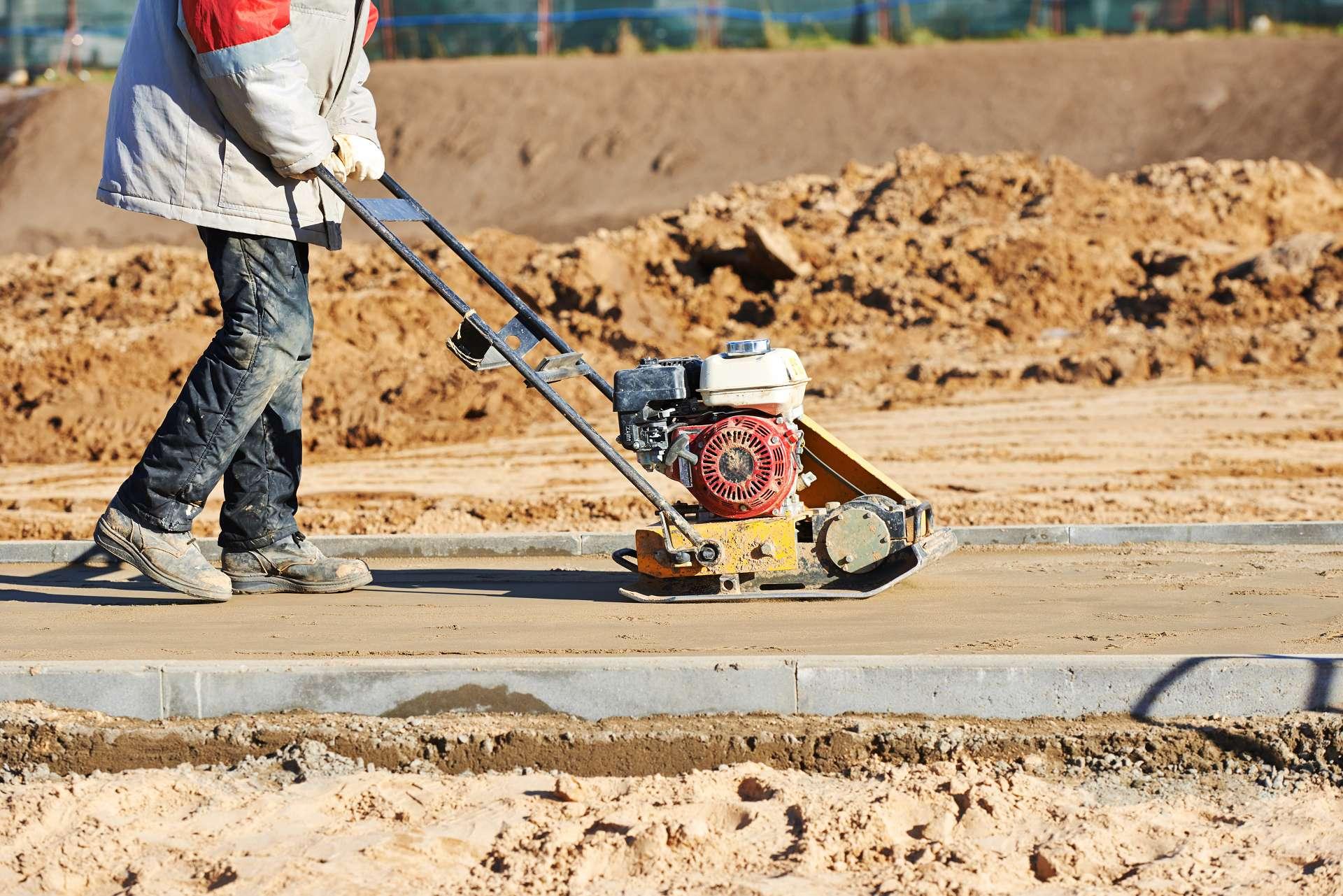 Bauarbeiter mit der Rüttelplatte